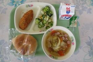 米パンと白身魚フライ、ブロッコリーサラダ、野菜スープ\