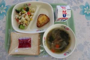 食パンとチキンちー時焼き、イタリアンサラダ、オニオンスープ\