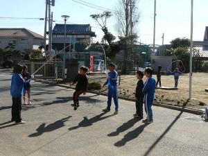 朝から縄跳びの練習をしています。\