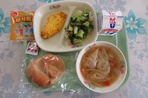 米パンとツナオムレツ、ブロッコリーサラダ、ワンタンスープ、福豆\