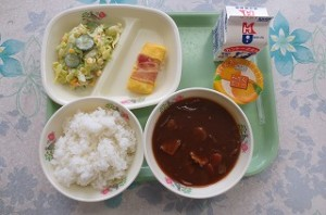 ベーコンエッグとコーンサラダ、ハヤシライス