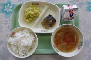 鯖の味噌煮とキャベツとたくあんのあえもの、すいとん汁\