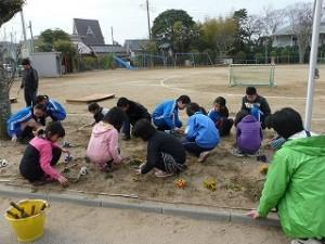 花壇の草抜き作業