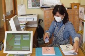 学校図書館司書の藤井先生です。学級文庫の整理をしています。\