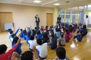 校長先生が,「今朝,『おはよう』と言った人は手を挙げましょう。」と言ったところ全員が手を挙げました。\