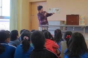 読み聞かせの古賀さんです。今年もお世話になります。今日は,1~3年生に絵本「しいさなネコ」と紙芝居を読んで下さいました。\