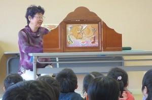 紙芝居「あんもちみっつ」を見ました。古賀さんの語りがとても上手で,子ども達も教師もお話にいつの間にか入り込んでいました。\