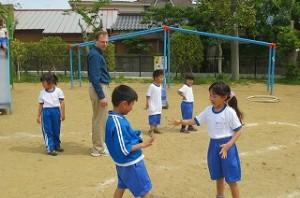 1年生がジェラルド先生と遊びました。\\
