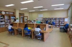 4・5年生が図書館で読書をしている写真です。みんな本が大好きです。\