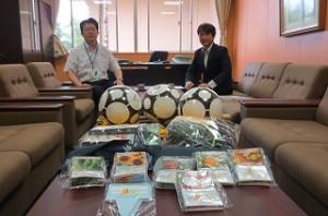 「にっぽんすこや化プロジェクト」で荒木淳さんがサッカーボールや10人用長縄,草花の種などをプレゼントして下さいました。ありがとうございます。大切に使います。\