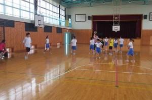 ⒍年生は体育館でドッジボールをして遊んでいます。\