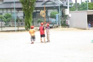 昼休み,外で遊んでる子ども達は熱中症予防のため,紅白帽子をかぶっています。\