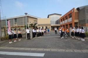 朝の挨拶運動がありました。鹿野中生徒と先生方,青少年センター相談員,PTA役員,⒍年生児童と本校職員で1~5年生を出迎え,元気に挨拶をしました。今日の天気にもましてすがすがしい一日の始まりです。\\