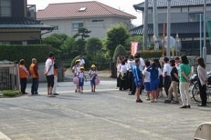 子ども達が入ってきました大勢の人に出迎えられています。学校来る途中でも地域の方々が通学路上に出てきて挨拶をして下さいました。\\