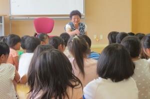 読み聞かせの後,子ども達の質問に優しく答えて下さいました。話を聞いてもらえて,子ども達も大変満足していました。\