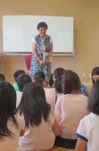 古賀さんの読み聞かせがありました。「よろしくお願いします。」と1~3年生の子どもたちです。\