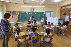 国語の授業です。前に進行役の2人が座っています。\