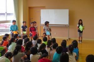 一学期の反省を学年代表の子が発表しています。\