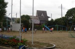 ふれあいタイム(いつもの昼休みの2倍)で4・5年生がドッチボールで遊んでいます。体育館で2・3年生が遊び,⒍年生はランチルームでリズム体操,1年生は教室でゲームをして遊びました。\