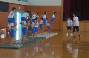 4・5年生の組み体操の練習です。みんな上手です。\
