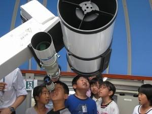 大きな望遠鏡!みんな驚きました。\