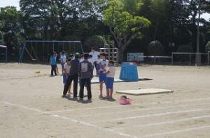 越川先生と榎本先生が組み体操を手伝っています。\