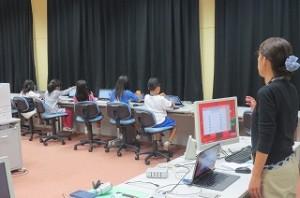 パソコン室で1年生が山口先生から説明を受けてます。\