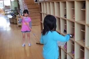 1年生の昇降口清掃の様子です\