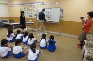 1年生の英語活動のビデオ収録がありました。ジンク先生は子ども好きで,子どもからも人気があります。\