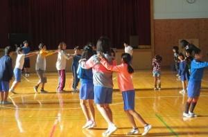 いじめはいけないことをみんなで確認した後,全校でジェンカを踊り絆を深めることができました。\\\