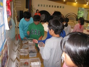 手前には鐡を作るための原料や材料。奥に製品がありました。子どもたちは実物を見て大変勉強になりました。\