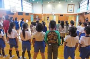 5校時は,全校合唱を日の出中の本宮博美先生に教わりました。\