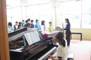 音楽室での高学年パートの練習です。良い声が出てきたと長谷川先生が褒めていました。\