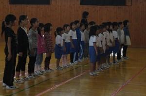 体育館での低学年のパート練習です。とても良い表情で歌えるようになったと大川先生が褒めていました。\