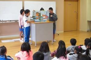 クイズや楽しい本の紹介もしました。写真は,楽しい本の紹介をしています。「だじゃれ日本一周」という本だそうです。\\