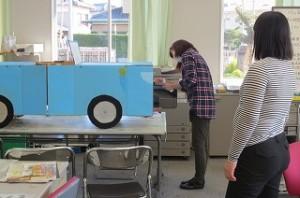 不審者対応の講話で使う段ボール製の自動車を先生方が一生懸命色塗りしてくれました。\\