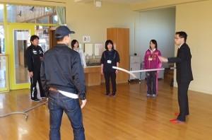 豊津小の先生達も男女に分かれて,サスマタの使い方を教わりました。\\