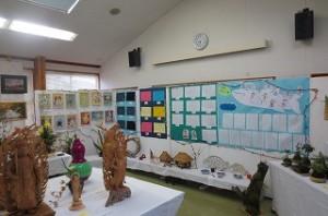 左から2年生のタイル作品,5年生の家庭科作品,⒍年生の作文,1年生の硬筆(クジラ雲)作品です。全校児童の作品が飾られました。\\\\