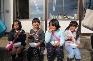 おいしい売店もたくさん出ました。写真は,豊津小の「UDN48」の4人です。うどんをおいしそうに食べてます。\\\\