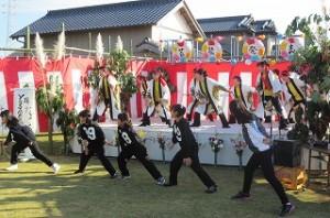 「よさこいソーラン」を踊ってます。ステージ下の子ども達は豊津小の⒍年生です。飛び入り参加で盛り上げているシーンです。\\\\