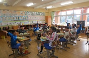 ⒍年生の教室です。子ども達は,「カレー最高!」と言って食べ始めていました。\