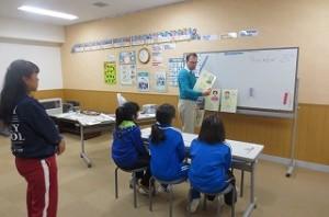 今日は,3年生から⒍年生までの英語活動がありました。写真は,4校時の4年生の英語活動の様子です。楽しんで活動していました。\