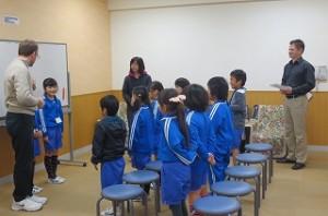 2時間目の英語活動では,2年生が楽しそうに取り組んでいました。マークホリー先生もジンク先生の授業を見に来て盛り上がりました。\