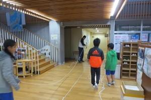 体育委員会が長縄の準備をしています。これからは縄跳びの季節になり,縄跳び大会に向けて活動します。\