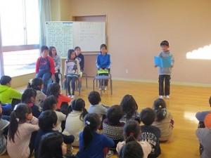 新年の抱負の発表がありました。前にいる子達は学年の代表者です。\