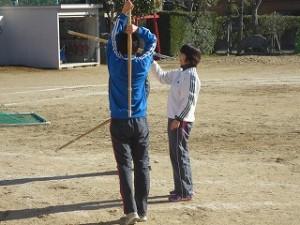 ⒍年生の男子が担任と剣道の素振りをしています。楽しそうです!\