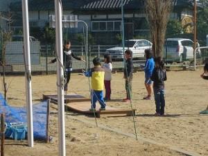 昼休み,2年生がジャンプ台を利用して短縄で遊んでいました。\