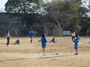 5校時の体育の時間に縄跳びをしています。\
