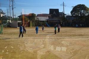 昼休み,⒍年生は男女仲良くミニサッカーをして楽しんでいました。\\