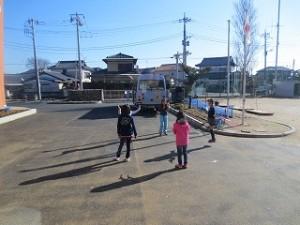 天気が良く暖かな日なので,日だまりで短縄をして楽しんでいます。\